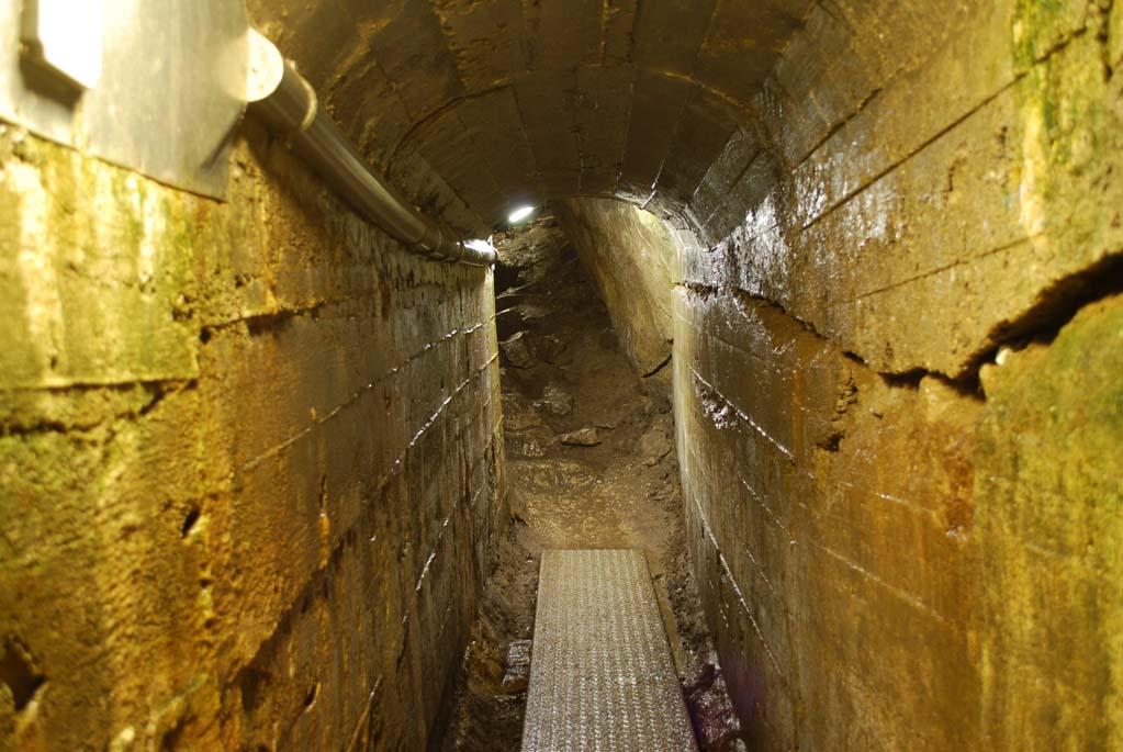 Sztuczny tunel wejściowy w Jaskini Mroźnej