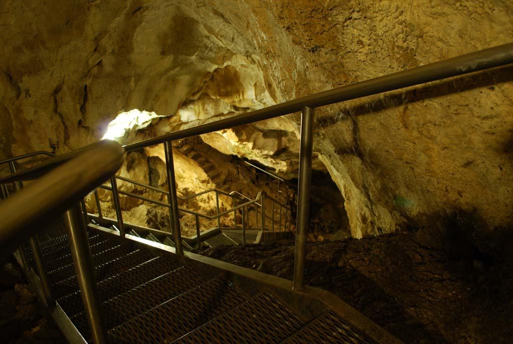 Metalowe schody w Jaskini Mroźnej